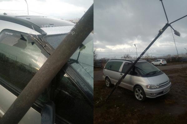 У машины разбит ветровик и погнута стойка