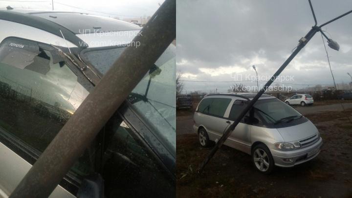 На автостоянке на Урванцева столб завалило на машину