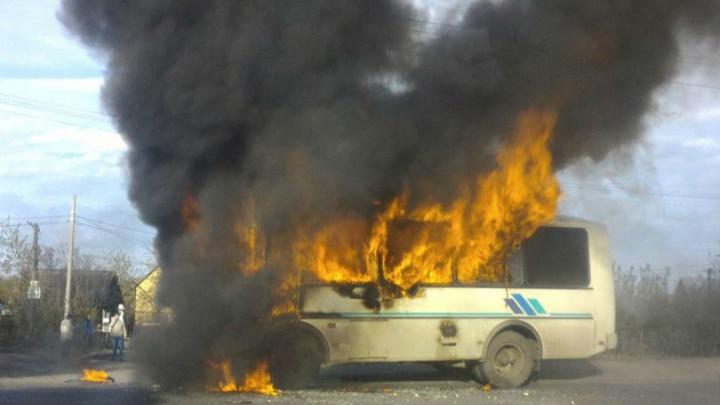 Рядом с заправкой на Новокирпичной дотла сгорел пассажирский автобус