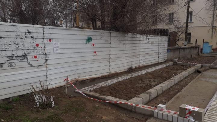 «Будем врезаться лбом»: в Волгограде строящийся ларек занял половину тротуара на площади Возрождения