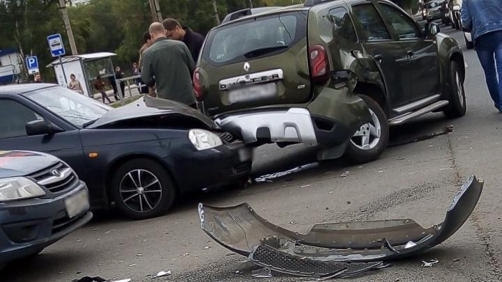 «Залез» под багажник: на Антонова-Овсеенко — Карбышева разбились два «Рено» и «Приора»