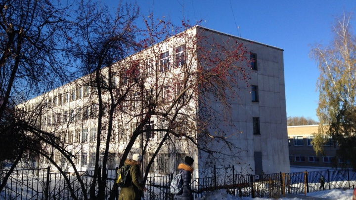 У директора челябинской школы возникли неприятности из-за сбора денег на охрану