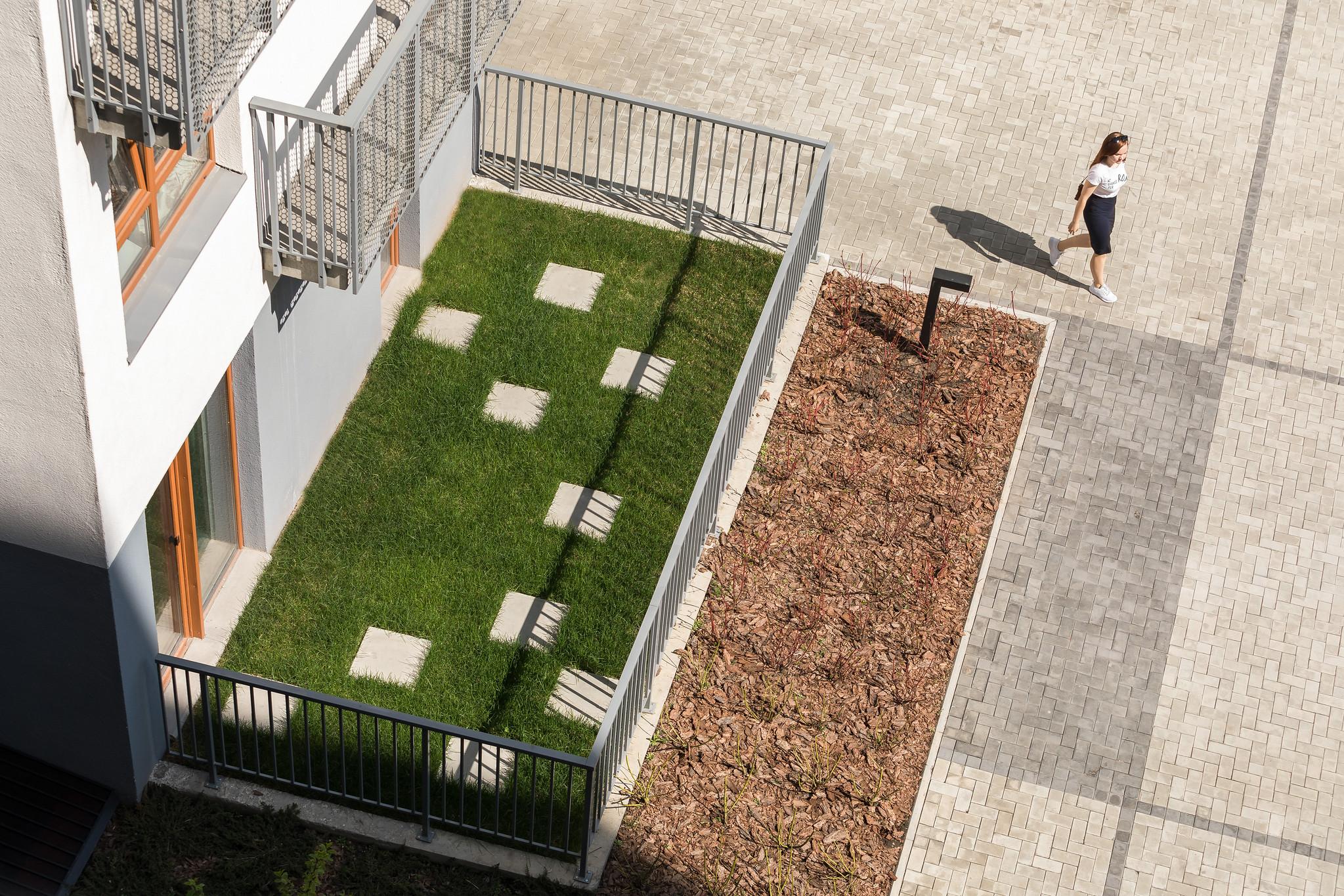 В квартирах на первых этажах спроектированы террасы. Здесь можно разместить уличную мебель для отдыха или детскую игровую зону
