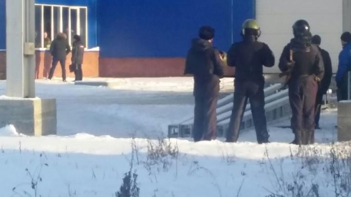 К свердловскому заводу стянули полицейских с автоматами и омоновцев