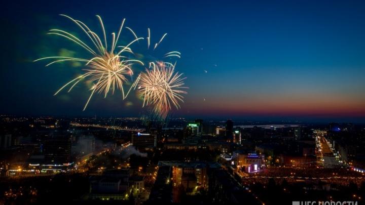 Над Новосибирском прогремел салют в честь Дня Победы (видео)