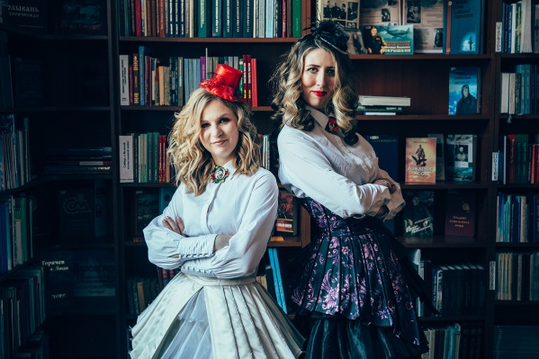 Автор фотопроекта Юлия Чёрная (на фото справа) решила заранее ответить хейтерам на критику