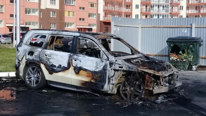 «С номерами 001»: во дворе «Академ Riverside» сгорел представительский Mercedes