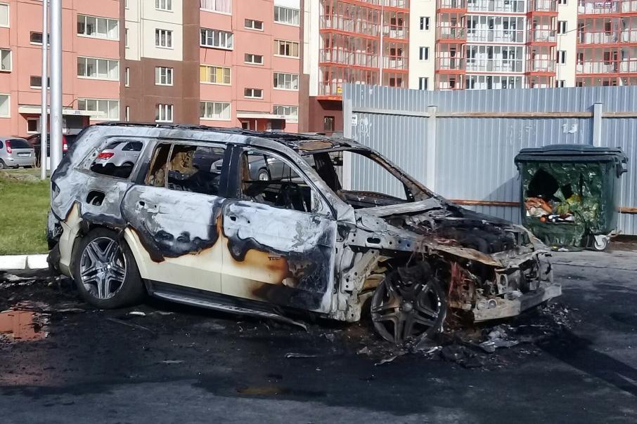 Автомобиль выгорел полностью. В Челябинске подобные Mercedes стоят около трёх миллионов рублей