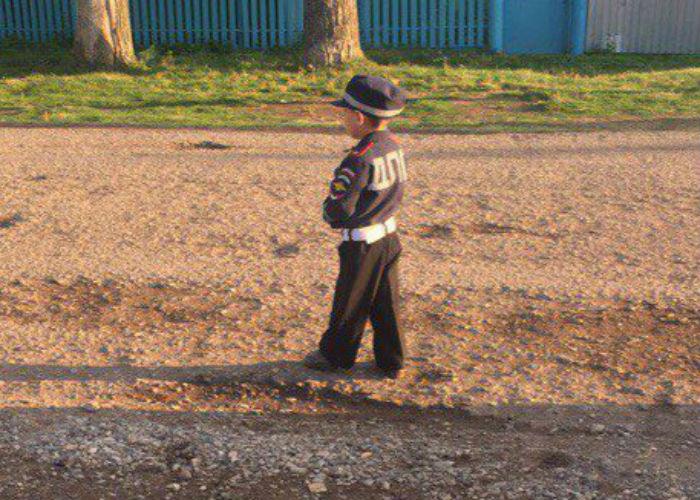 Ребенка нарядили в форму сотрудника ГИБДД
