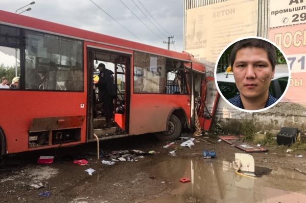Бекзат Максатбек достал из автобуса четырех человек
