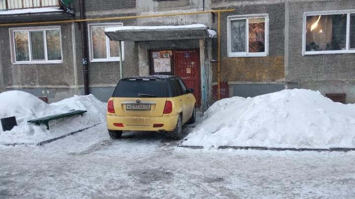 «Я паркуюсь, как...»: наглый Lifan у подъезда на Одесской и автохам у медицинского университета