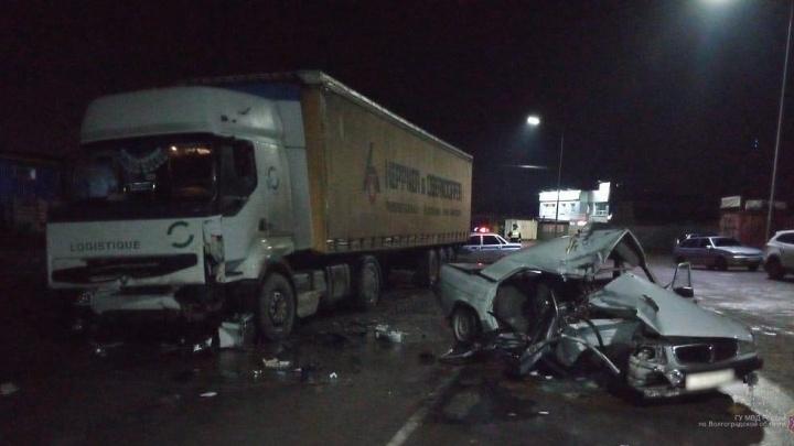 В Волжском «Волга» влетела под фуру: водитель погиб, двое пассажиров в тяжелом состоянии
