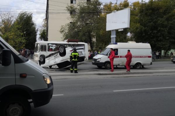 К месту аварии подъехали врачи скорой помощи и спасатели МЧС