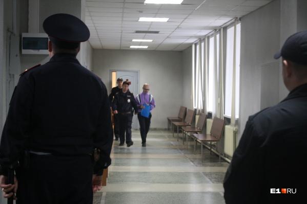 Владимира Пузырева ведут под конвоем в здании Ленинского районного суда
