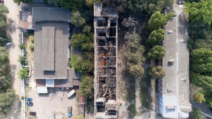 Квартал трущоб и развалин: сгоревшее общежитие на Тракторном превратилось в зону отчуждения