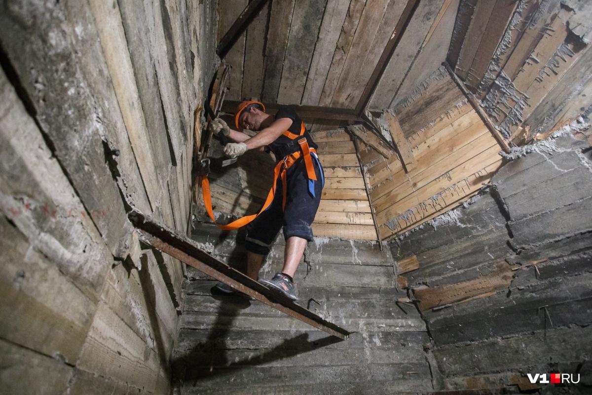 Внутри скульптура напоминает деревянный дом: там есть лестница и комнаты