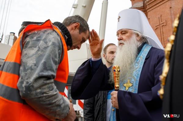 Перед подъемом митрополит Герман освятит крест и благословит строителей