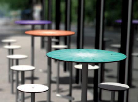Всего дизайнеры предлагают разместить 5 комплектов столиков и табуретов