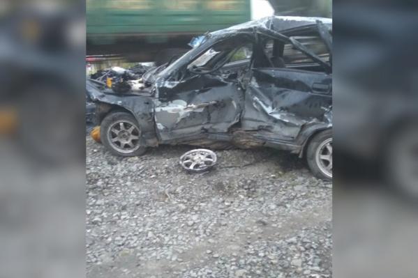 По словам очевидцев, поезд протащил ВАЗ десятки метров
