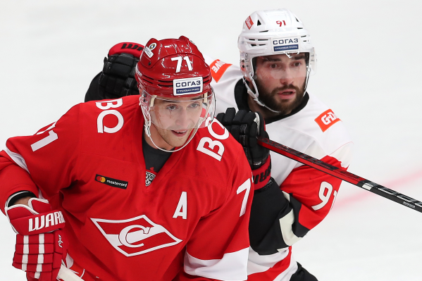 Никита Пивцакин и Геннадий Столяров смотрят на то, как девчонки из Spartak Angels убирают лёд