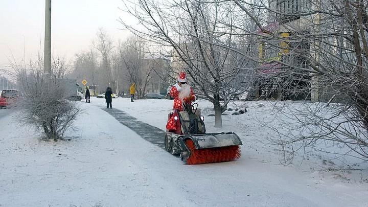 Суровый Красноярск: Деда Мороза отправили мести тротуар в «Зеленой роще»