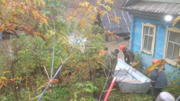 В Уфе затопило частный дом и огород