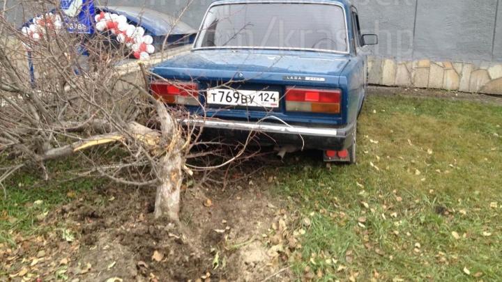 Лихач на ВАЗе снес ограждения и зацепил несколько машин на Дубровинского