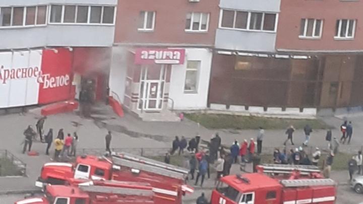 В Копейске загорелся магазин «Красное&Белое»