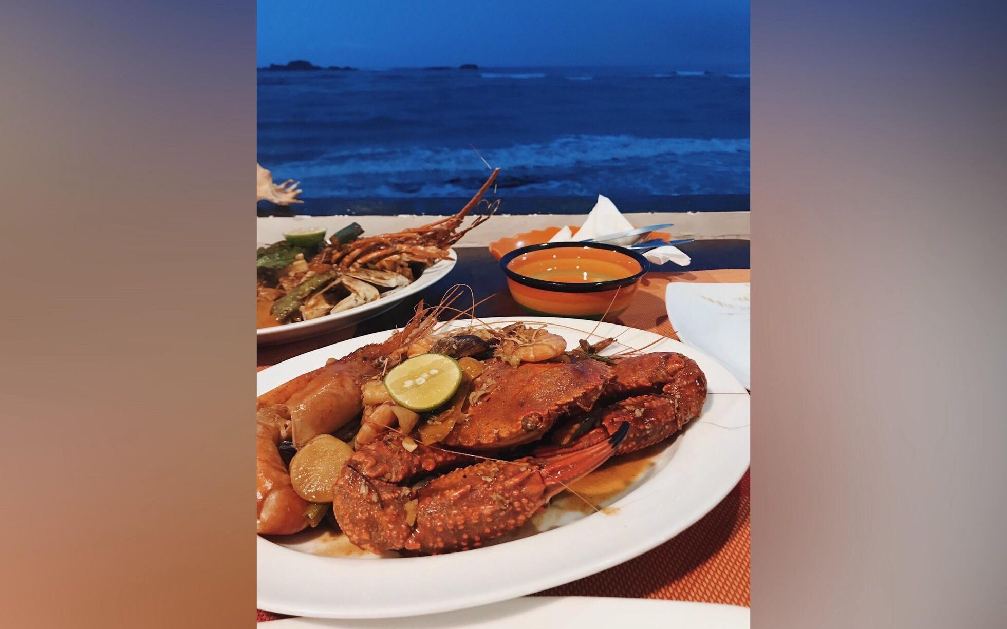 Типичный ужин в кафе на побережье Индийского океана. Будто картина, а не кадр, наспех снятый на телефон