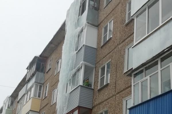 Глыба может рухнуть вместе с балконами