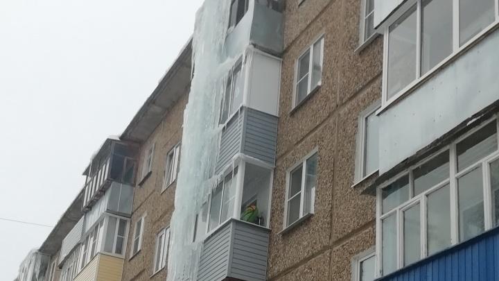 Ледяное царство: на жилом доме в Ярославской области висит огромная глыба, высотой с три этажа