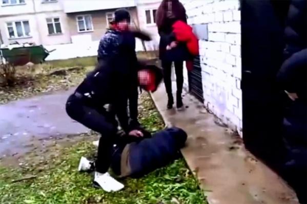 Подростка пинали ногами, а девочка снимала видео на телефон