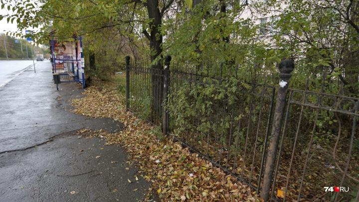 В Челябинске воры растащили исторический забор, установленный в 30-е годы