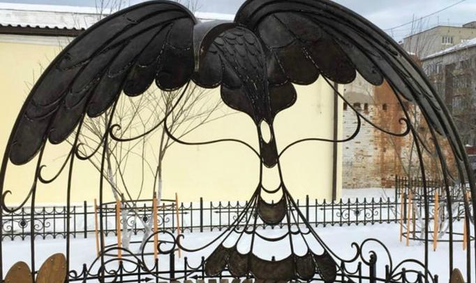 В Кургане установили скамейку в виде жар-птицы