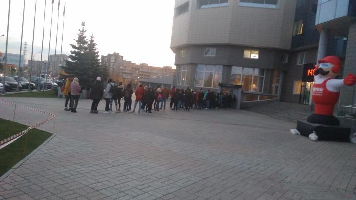 Сотня подростков выстроилась в огромную очередь с криками ради концерта приезжих рэперов