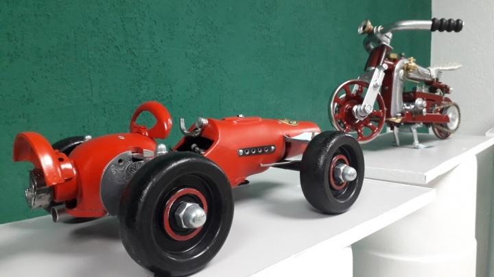 Из швейной машинки — в автомобиль: волгоградский умелец превращает Singer в спорткары и байки