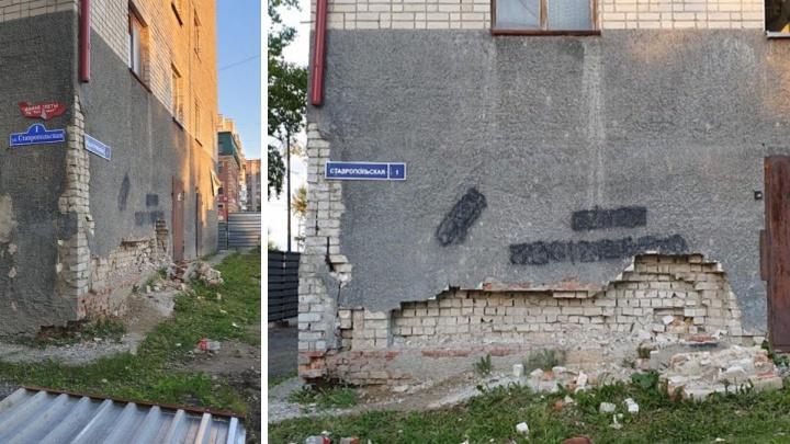 Рассыпается кирпич: тюменцы живут в опасном общежитии на Ставропольской, 1