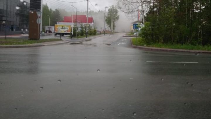На Мочищенском шоссе загорелись торговые павильоны