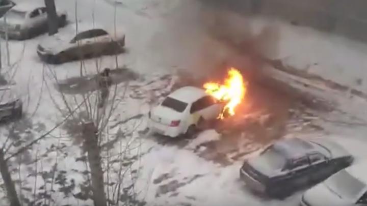 Задело соседнюю машину: в Челябинске сгорел автомобиль«Яндекс.Такси»