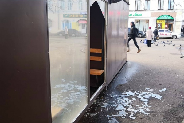 Модной остановке выбили стекло