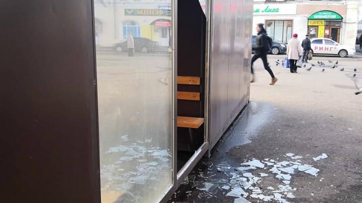 Самую модную остановку Ярославской области разгромили уже второй раз