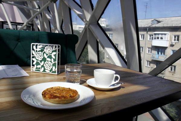Куриный пирог за 120 рублей и чашка двойного эспрессо за 90 рублей с видом на соседнюю пятиэтажку