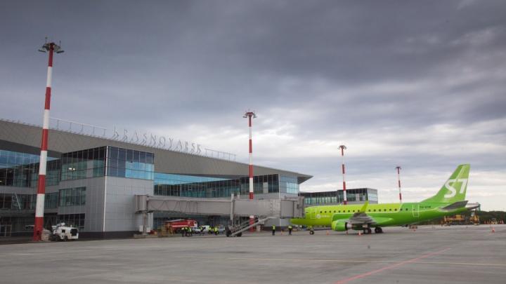 Аэропорт Красноярск заказал новые знаки на черном фоне для удобства водителей при парковке