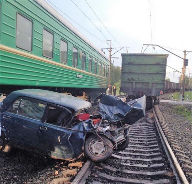 «Жигули» вылетели на ж/д пути и попали под два поезда: водитель сбежал с места ДТП (фото)