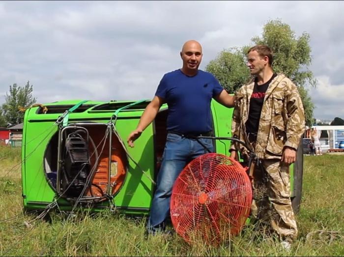 Пилот АлександрБаршенцев (справа)