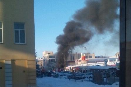 Дым от горящих машин у Центрального рынка