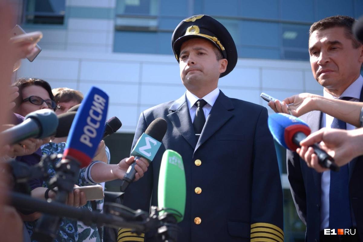 Дамир прилетел в Екатеринбург и встретился с журналистами