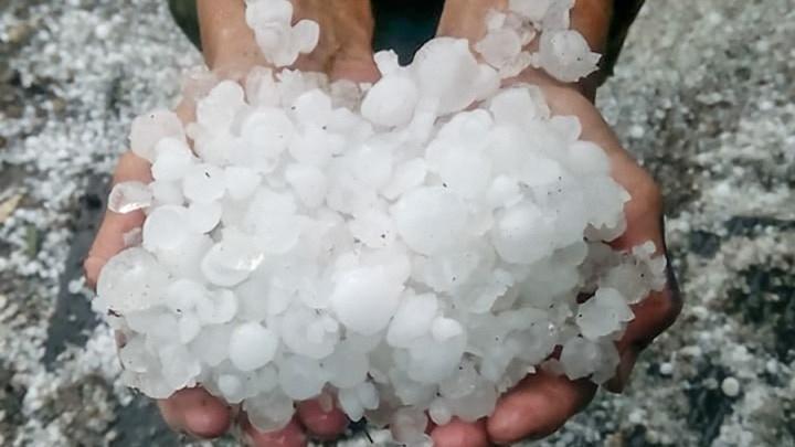 Нелетняя погода: в Баймакском районе Башкирии деревню засыпало градом