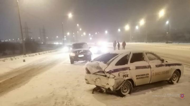 В Волгограде внедорожник протаранил машину аварийных комиссаров