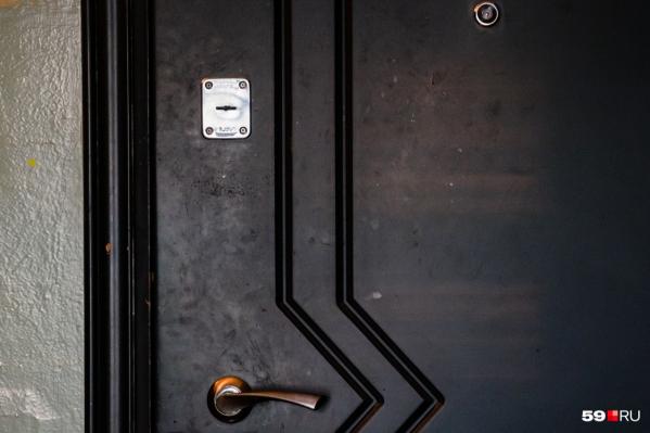Дверь вскрыли, когда появился характерный запах из квартиры, а не сразу после заявления соседей
